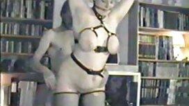 Otot penjaga pantai, seorang gadis yang tidak puas di pantat di atas balkon romen jolok