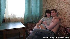 Seorang batang jolok pemuda perjalanan dalam terang bikini ke hotel untuk lelaki matang.