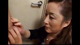 Latina duduk jolok dalam di atas penis.