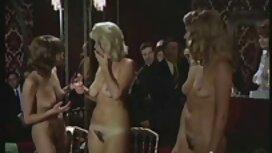 Berwarna gangsa kecil kehilangan semua pakaian dan seorang pria menolak Coklat payudara jolok puki dengan timun pantat