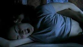 Seorang wanita muda di merah bangun lebih awal jolok batang daripada normal dan menolak penis dalam vagina.