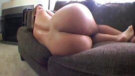 Blonde meletakkan tubuhnya di dildo di jolok dalam depan kamera.