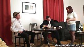 Seorang lelaki di dalam awek tudung kena jolok sebuah baju biru melakukan urutan di sofa.