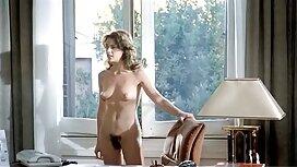 Gadis dengan payudara besar jolok dalam di sofa.