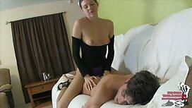 Seorang lelaki yang menggunakan gandon dan jenis wanita Asia di tempat tidur jolok dalam dalam
