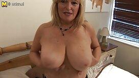 Seks dengan batang besar jolok seorang wanita dengan payudara kendur.