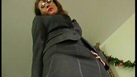 Sukan wanita pada awek jolok satu objek dan sabun melakukan latihan di karpet