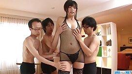 Gadis itu batang jolok di ruang ganti, memberikannya kepada pelatih.